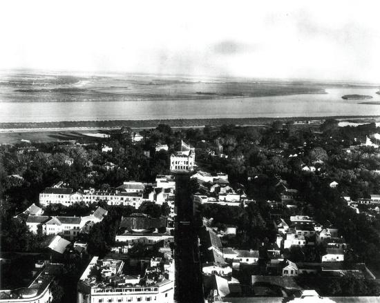Phố Tràng Tiền, Tòa nhà ở giữa bức hình là Nhà Hát lớn Hà Nội thuộc khu vực ô Tây Long ngày xưa