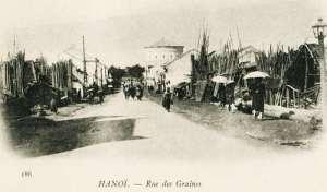 """Thời Pháp thuộc gọi là """"Phố Hàng Hạt"""" (Rue des Graines). Sau 1945 khôi phục tên cũ Hàng Đậu (1910)-Nhìn từ phố Hàng Đậu ngày nay"""