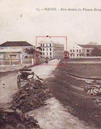 Con đường nơi nhiếp ảnh gia chụp bức ảnh này là phố Hàm Tử Quan,nguyên là đất xóm thuyền chài Thủy Cơ,trước nữalà lòng sông Hồng. Thời Pháp thuộc gọi là đê Fellonneau(digue Fellonneau).Nơi đây có những bãi chứa gỗ xuc và những xưởng xẻ gỗ, những chuồng chứa bò, ngựa kéo xe