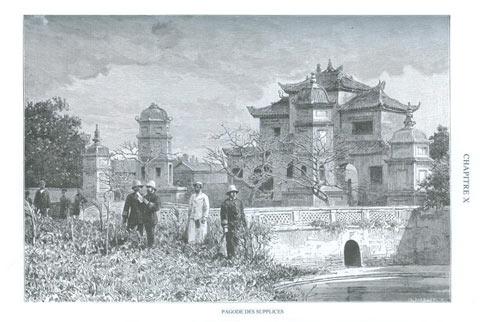Tòa nhà chính của chùa được bao quanh bằng một hồ tròn đầy sen nên chùa có tên là Liên Trì