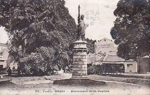 Tượng được đặt ở vườn hoa Cửa Nam, đến năm 1945