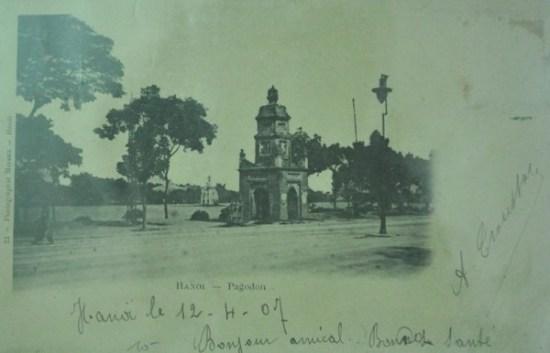 Tháp Hòa Phong bên cạnh Hồ Gươm in trên bưu thiếp năm 1907
