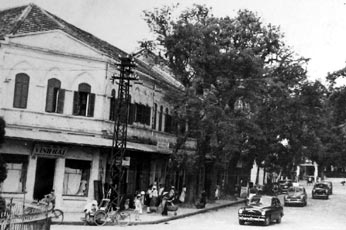The procession of the three Ford Vedettes in the streets of Hanoi.