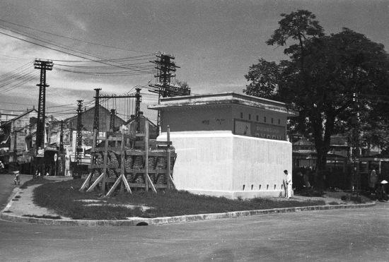 HANOI 1940 - Trạm biến thế và trạm tàu điện tại Place Négrier (sau này là Quảng trường Đông Kinh Nghĩa Thục)