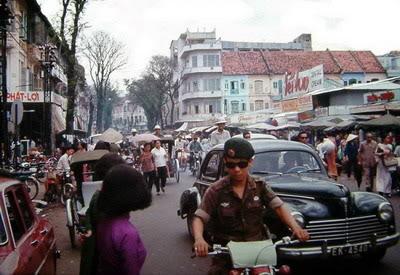 đường Lê Thánh Tôn 1968-chợ Bến Thành (xe đen- Peugeot 203)