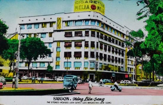 Thương xá Eden nằm ở góc đường Đồng Khởi - Lê Lợi, là biểu tượng trung tâm thương mại của Sài Gòn xưa. Ngoài những quầy bán mặt hàng tiêu dùng sang trọng ở đây còn có cả rạp chiếu phim hiện đại. Ngoài mặt tiền Eden là quán cà phê Givral sang trọng, nơi các nhà báo quốc tế thường ngồi vào trao đổi thông tin. Hiện, tại vị trí này là tòa nhà thương mại Union Square (Vincom B cũ).