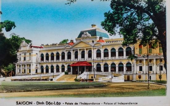 Dinh Độc Lập thời còn mang tên Norodom, xây dựng ngày 23/2/1868 do kiến trúc sư người Pháp Hermite thiết kế. Ngày 27/2/1962, Dinh bị ném bom sập toàn bộ cánh trái và không thể phục hồi. Năm 1962, dinh được san bằng để xây dựng mới hoàn toàn theo thiết kế của kiến trúc sư Ngô Viết Thụ và khánh thành ngày 31/10/1966.