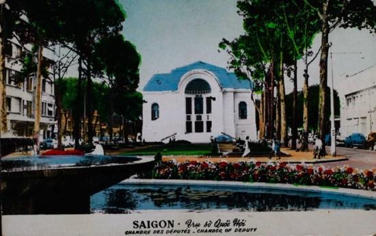 Nhà hát Thành phố được xây dựng năm 1898, khánh thành năm 1900 tại vị trí công trường Đồng hồ (Place de I'Horloge) tức quảng trường trước nhà hát hiện nay. Năm 1954 nơi đây dùng làm điểm tạm trú cho thường dân Pháp di cư từ Bắc vào Nam theo Hiệp định Geneve 1954. Năm 1955 công trình được chuyển thành trụ sở quốc hội (Hạ nghị viện). Kể từ 1975 nhà hát trở lại chức năng ban đầu để biểu diễn nghệ thuật và được gọi là Nhà hát Thành phố.