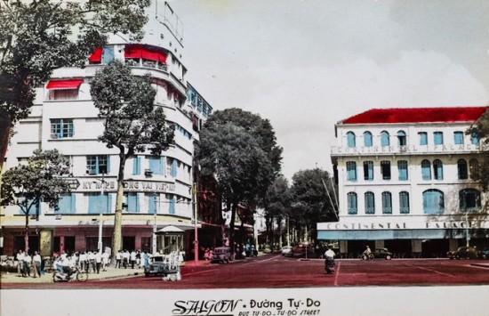 Trước năm 1975, đường Đồng Khởi có tên là Tự Do với chiều dài 630 m, bắt đầu từ trước Nhà thờ Đức Bà và kết thúc tại Khách sạn Majestic Saigon trên đường Tôn Đức Thắng (hướng nhìn ra sông Sài Gòn). Các công trình nổi bật trên tuyến phố này là Nhà hát lớn TP HCM, khách sạn Continental, Grand Hotel Sài Gòn, khách sạn Caravelle và Vincom Center A.