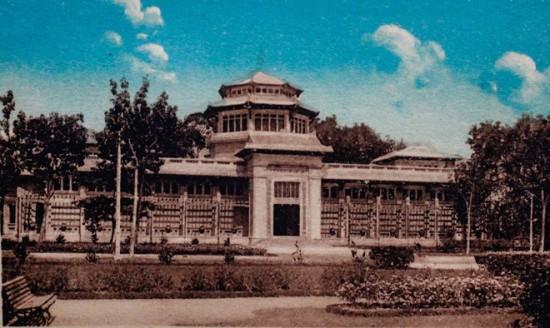 Năm 1927 người Pháp cho xây dựng Bảo tàng đầu tiên của Sài Gòn với tên gọi Blanchard de la Brosse. Năm 1945 Bảo tàng đổi tên thành Gia Định Bảo tàng viện, năm 1956 là Viện bảo tàng Quốc gia Việt Nam chính thức cho du khách tham quan. Sau giải phóng được gọi là Bảo tàng Lịch sử Việt Nam - Thành phố Hồ Chí Minh cho đến ngày nay.