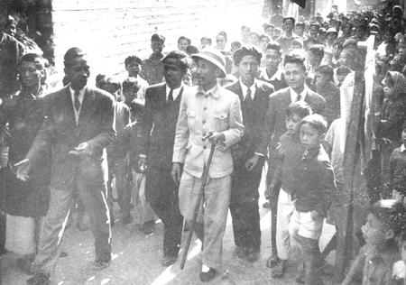 001.Ngày 6.1.1946, Bác Hồ thăm và kiểm tra Tổng tuyển cử ở làng Giấy (Bưởi, Hà Nội).