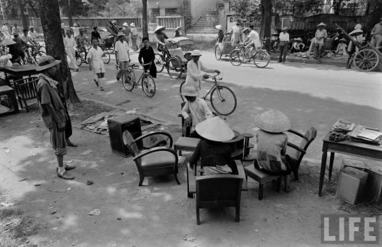 Bán đồ đạc chuẩn bị di cư vào nam sau khi Hiệp định Genève được công bố