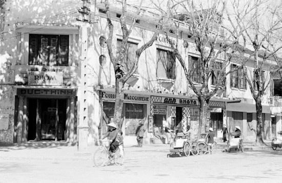002.Đầu phố Tràng Thi.-1950-10_kwuq