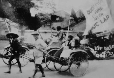 003.Nhân dân lao động Hà Nội cổ động cho Tổng tuyển cử ngày 6-1-1946.