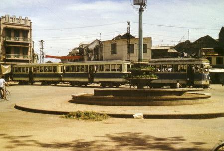 004. Xe điện ở khu vực ngã 5 bờ hồ Hoàn  Kiếm.