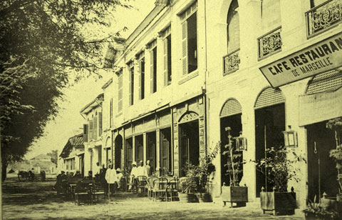 005.Các tiệm cà phê này tập trung nhiều ở phố Hàng Khảm (nay là phố Tràng Thi)