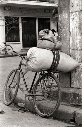 005.Chiếc xe đạp thồ hàng quen thuộc trên phố một thời.