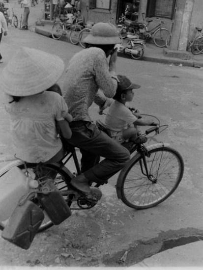 Hình ảnh chiếc xe đạp Thống Nhất - phương tiện đi lại chủ yếu của các gia đình Hà Nội