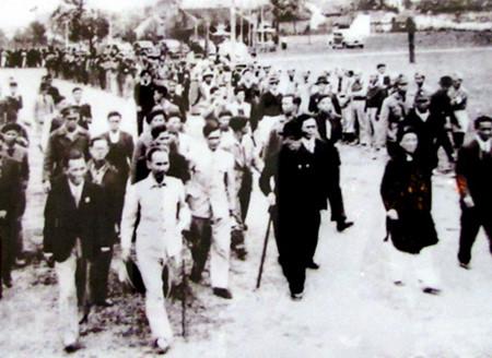 Ngày 5/1/1946, hàng nghìn người Hà Nội đón mừng Chủ tịch Hồ Chí Minh và các vị được giới thiệu ứng cử đại biểu Quốc hội khóa 1.