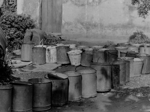 Hà Nội xưa những ngày mất nước nên các gia đình phải xếp thùng lấy nước ở nơi công cộng..