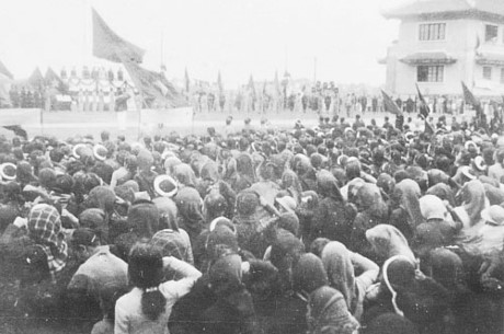 006.Ngày 12-1-1946, hàng vạn nhân dân Thủ đô họp mít tinh tại khu học xá Trung ương (nay là Đại học Bách khoa Hà Nội) chào mừng Chủ tịch Hồ Chí Minh và các vị đại biểu vừa trúng cử vào Quốc hội khóa I. Ảnh tư liệu
