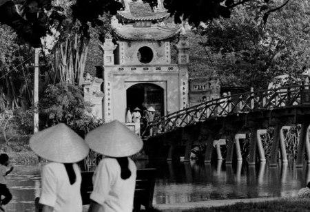 010. Cầu Tê Húc, Hồ Gươm.