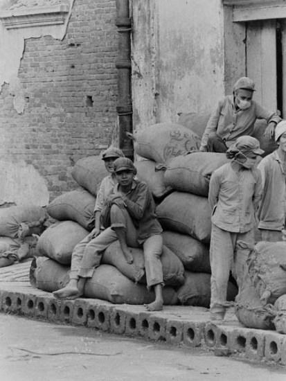 Hình ảnh những công nhân xay gạo đường Đào Duy Từ