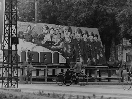 Bức tranh cổ động được chụp năm 1981ở vườn hoa Bà Kiệ