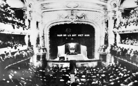 014. Kỳ họp thứ nhất, Quốc hội khóa I của nước Việt Nam Dân chủ Cộng hòa, ngày 2-3-1946 tại Nhà hát Lớn, Hà Nội. Quốc hội khóa I (1946 -1960) gồm 403 đại biểu, trong đó 333 đại biểu được bầu thông qua Tổng tuyển cử ngày 6-1-1946 và 70 đại biểu mở rộng.