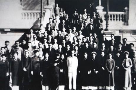 016.Bác Hồ chụp ảnh cùng các đại biểu Quốc hội khóa I. Ảnh tư liệu