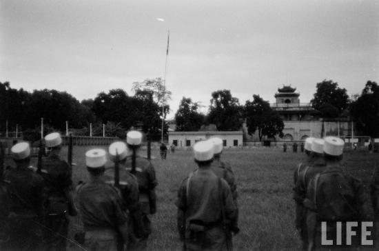 .... lễ hạ cờ Tây lần cuối cùng trong thành Hà Nội, phía trước Đoan Môn, chấm dứt hơn 70 năm chiếm đóng thành Hà Nội từ năm 1883 của quân Pháp.