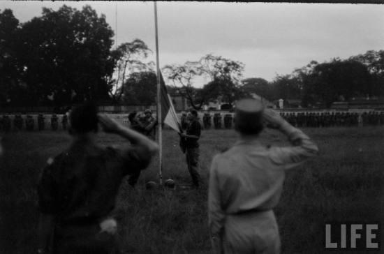 ... lễ hạ cờ Tây lần cuối cùng trong thành Hà Nội,