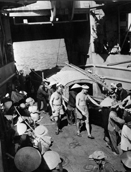 các thủy thủ Pháp giúp người tỵ nạn VN kéo thuyền của họ vào tàu đổ bộ của Hải quân ở Vạn Lý. Mặc cho những cảnh báo và hạn chế bởi công an của Việt Minh, hàng ngàn người công giáo trong vùng do CS kiểm soát đã lũ lượt di cư vào miền Nam để tái định cư ở các vùng không theo chế độ Cộng sản.