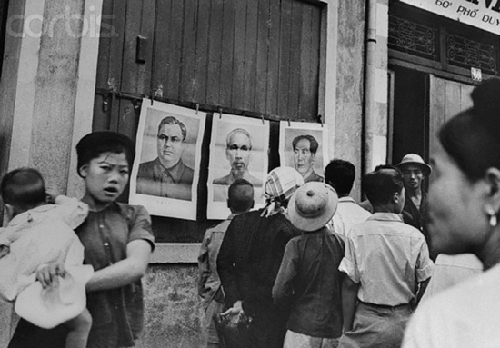 Hà Nội 1954 sau Hiệp định Genève. Xin làm nô lệ cho Nga, Tầu Thờ Mao chủ tịch, thờ Xít Ta Lin bất diệt. (thơ Tố Hữu)