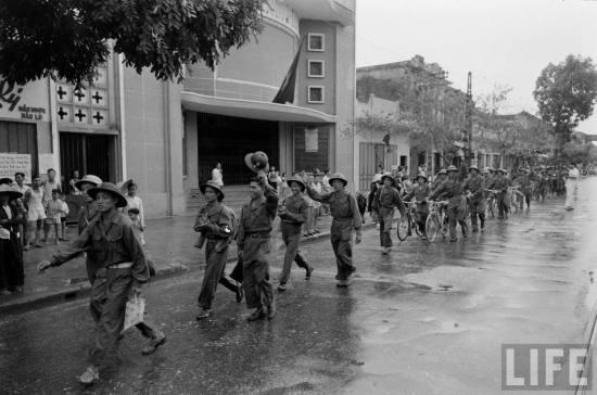 Bộ đội Việt Minh tiến vào tiếp quản Hà Nội