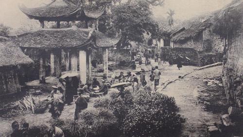 Chợ họp ở chùa làng Giấy trước Cách mạng Tháng 8 (1945). Ngày xưa, người bán thường phải gánh gồng, để hàng hóa trong rổ lót lá và dùng lá chuối hoặc lá bàng để gói hàng cho khá