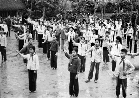 Học sinh tập trung chào cờ buổi sáng tại một ngôi trường ở Dịch Vọng, năm 1982.