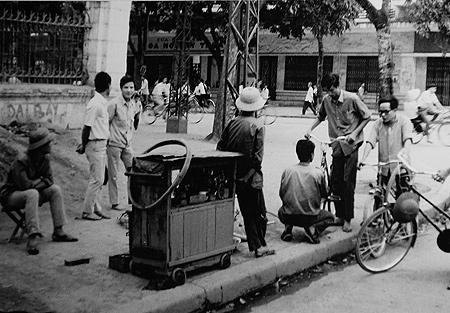 Sửa chữa xe đạp là nghề rất được trọng dụng ở Hà Nội thời bao cấp.