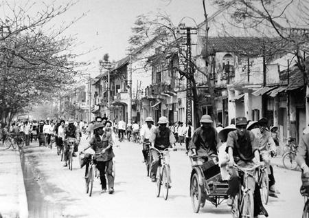 Phố Huế nhộp nhịp xe đạp trong cái thời mà xe máy là vật dụng cực kỳ xa xỉ.