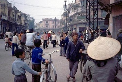 """Bức ảnh """"Chủ nhật 36 phố phường"""" (Hà Nội, 1984)."""