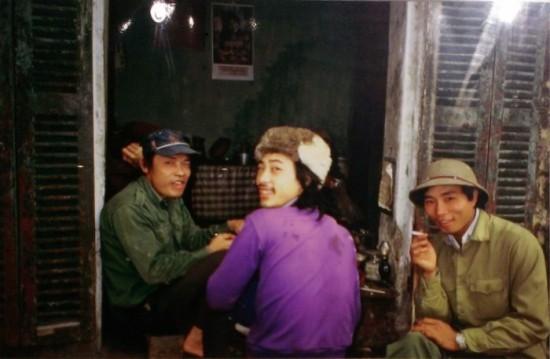 Bên cốc cà phê vỉa hè, trong khu phố chợ Hôm năm 1984