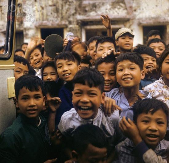 """Những đứa trẻ tại một trường học ở Nghi Tàm (Hà Nội) tỏ ra rất phấn khích khi được một """"ông Tây"""" chụp ảnh."""