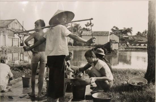 Cô gái cạnh bến nước, gần hồ Trúc Bạch năm 1982