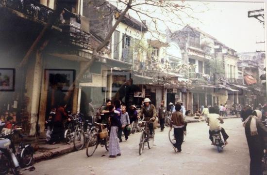 Hơn 50 bức ảnh chụp nhiều địa danh, với Hà Nội chiếm đa số, tuy chưa thể là bức tranh toàn diện về tất cả mọi mặt của Việt Nam những năm 80 nhưng cảm giác rưng rưng là có thật, khi ảnh làm ùa về những ngày xưa ấy, với những gì đã chỉ còn là hoài niệm: Tàu điện cổ trên phố Đinh Tiên Hoàng, Chợ hoa Hà Nội ngày tết, Xích lô và những bó hương phơi trên phố cổ, Phố cổ một ngày mùa đông, Cửa hiệu cạnh chợ Đà lạt, Thợ cắt tóc đường phố ở Huế… Với Michel Blanchard, vào thời điểm đó, khi thời sự, thông tin không còn là thứ được ưu tiên, mà là cuộc sống thường nhật, thú vui mãn nhãn, những cảm xúc bất chợt và sự đồng cảm, sẻ chia giữa người với người đã khiến nhà báo bị thu hút mỗi dịp cuối tuần với chiếc máy ảnh. Vào những dịp rảnh rỗi khi cuối tuần hoặc ngày lễ, ông thường dạo chơi bằng xe đạp trên khắp các con phố để chụp ảnh phố phường Hà Nội.