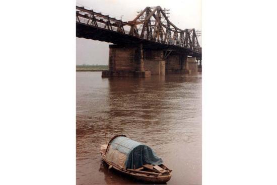 Thuyền dưới chân cầu Long Biên.