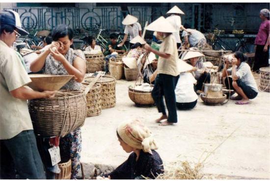 Chợ bán trứng ở vỉa hè cung văn hóa Hữu nghị Việt Xô nay là cung Văn hóa Công Nhân.