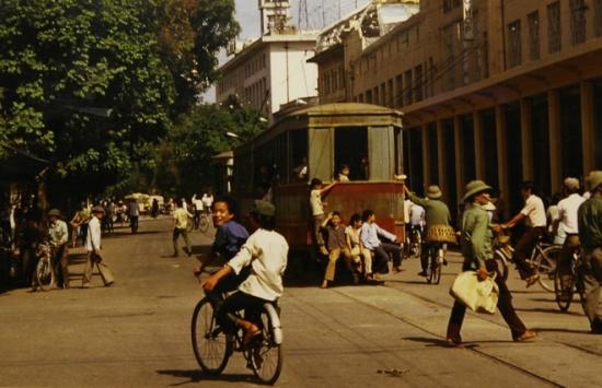 Từ 8/4, triển lãm Việt Nam những năm 80 của nhà báo Michel Blanchard tại Trung tâm văn hóa Pháp (Tràng Tiền, Hoàn Kiếm) giới thiệu tới công chúng những bức ảnh về đất nước, con người Việt Nam trước thời kỳ đổi mới. Là phóng viên của AFP từ năm 1976 đến năm 2006, Michel Blanchard đảm nhiệm vị trí giám đốc văn phòng AFP tại Hà Nội từ năm 1981 đến năm 1983.