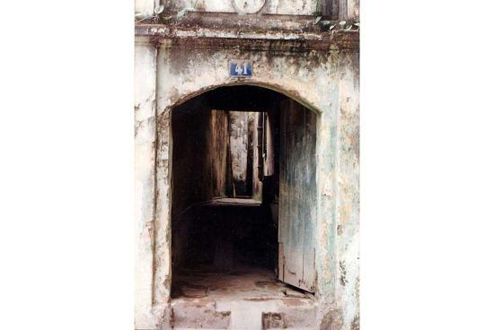 Cổng nhà trong phố cổ