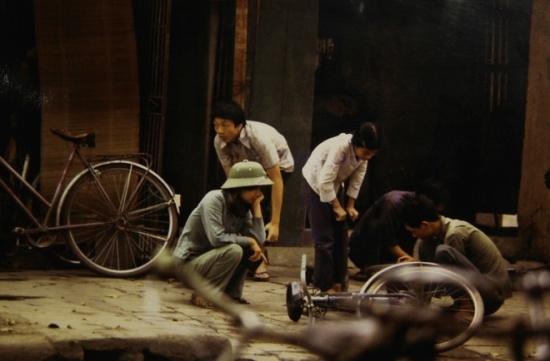 Trong hồi ức và những tấm ảnh ông ghi lại, Việt Nam khi ấy rất đỗi bình dị. Cuộc sống một vài năm sau khi đất nước thống nhất còn khó khăn. Mọi người hầu như đi xe đạp, có rất ít xe máy.
