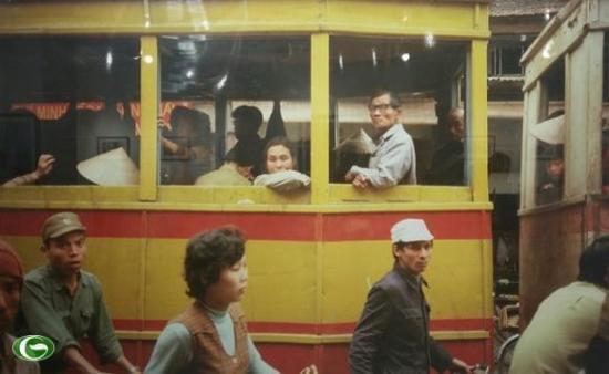 Tàu điện ở phố Hàng Đào năm 1984 - Ảnh: Michel Blanchard